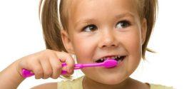 """Zdravlje mlečnih zuba: Kako protiv """"karijesa flašice""""?"""